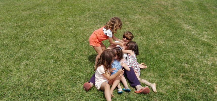 Abuela jugando con nietos