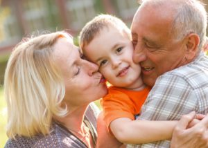 Abuelos besando a niño