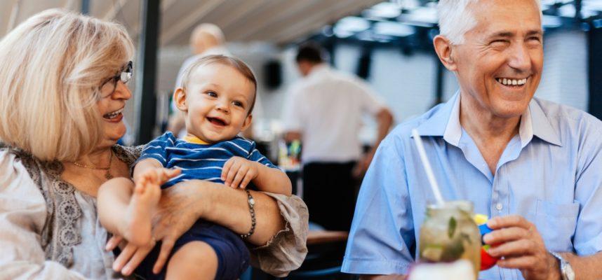 Abuelos con nieto