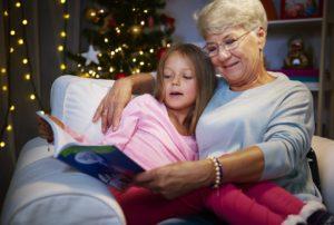 Abuela leyendo con nieta
