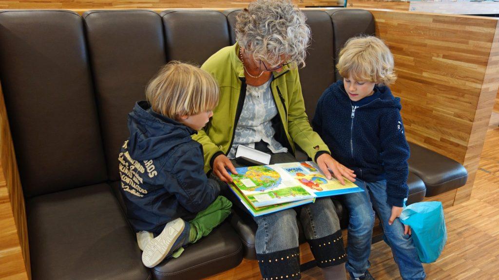 Abuela leyendo a sus nietos