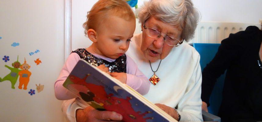 Abuela leyendo cuento