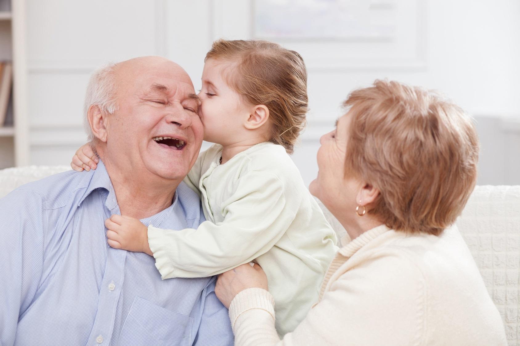 Abuelos: nieta besando a abuelo