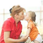 Besar a los niños en la boca puede producir caries
