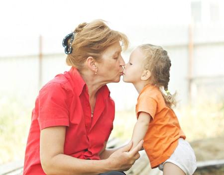 Beso en la boca abuela nieta