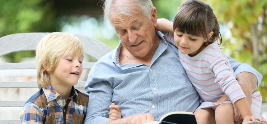 abuelo leyendo con nieto