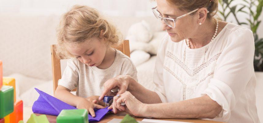 Abuela con nieto haciendo manualidades
