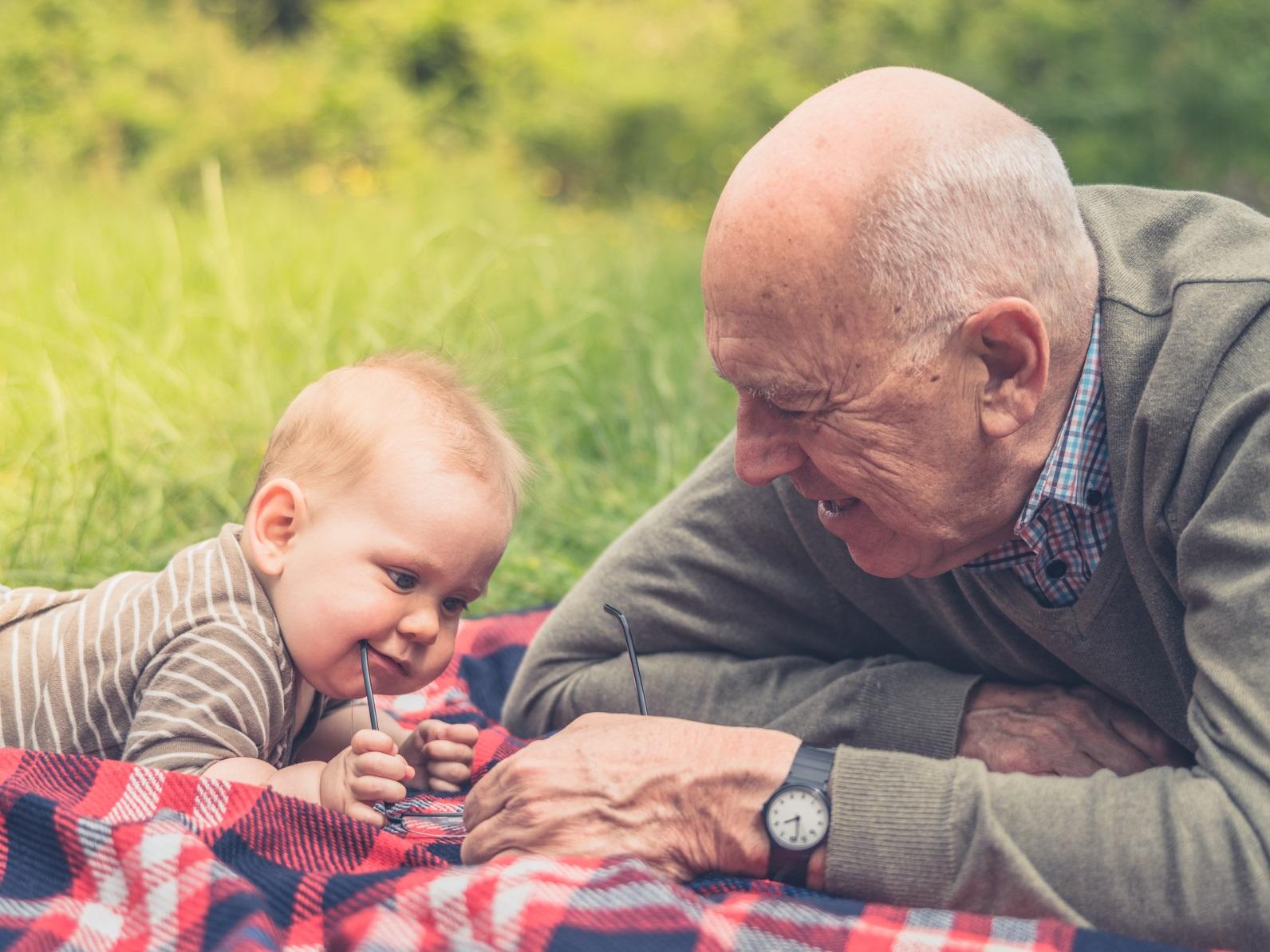 abuelo jugando con nieto