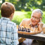 5 Juegos mentales para disfrutar entre abuelos y nietos
