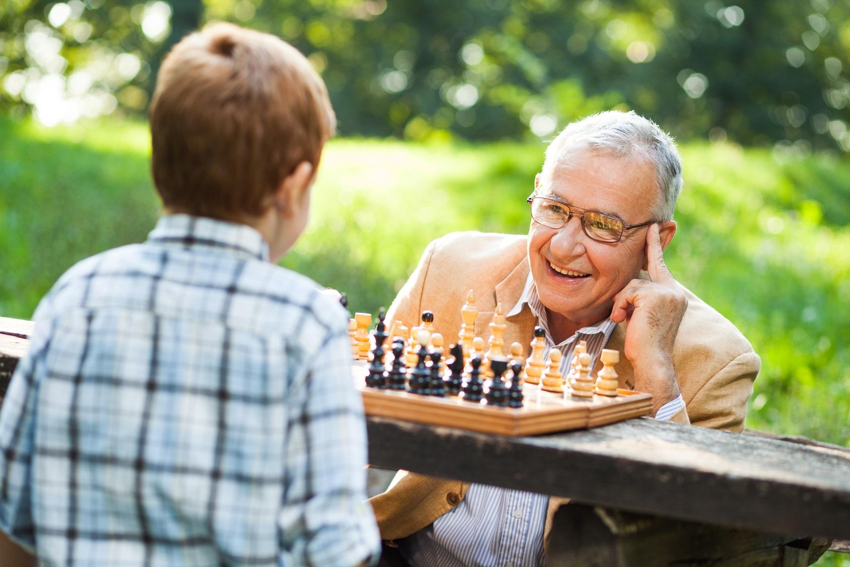 Abuelo y nieto jugando al ajedrez