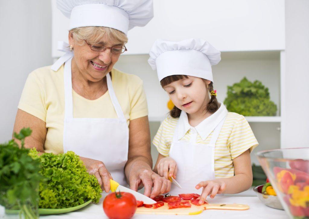 abuela y nieta cocinando