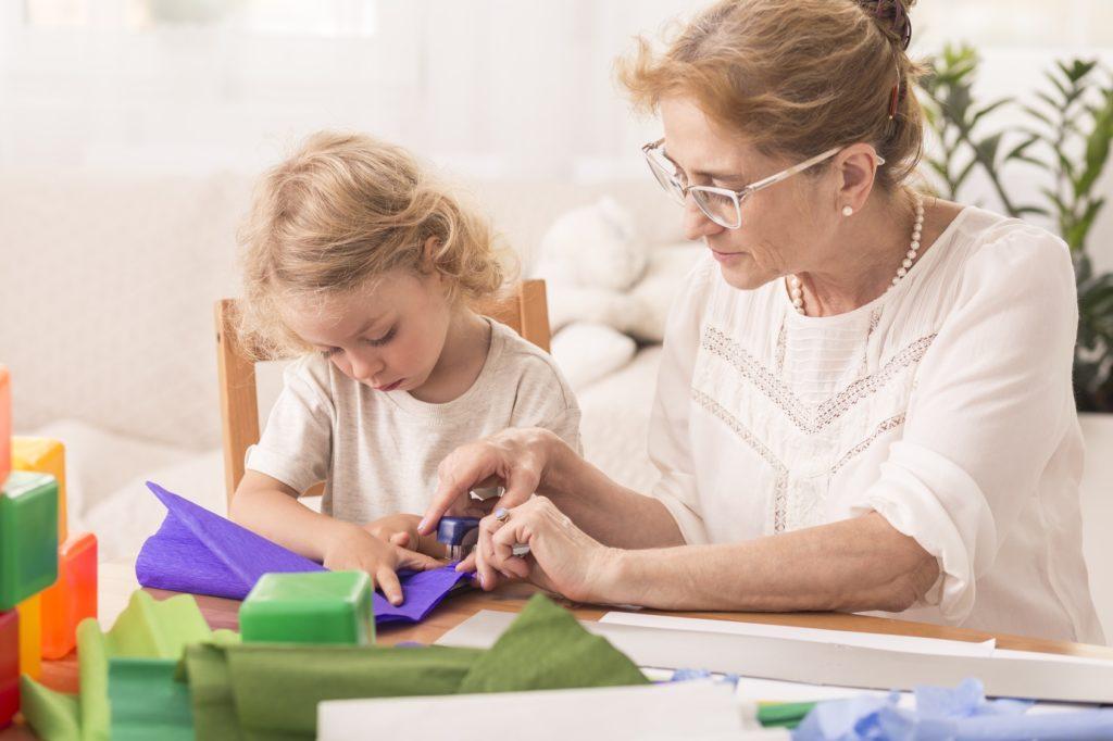 Abuela haciendo manualidades con nieta