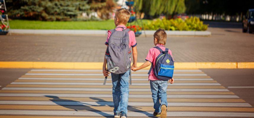 Dos niños andando solos