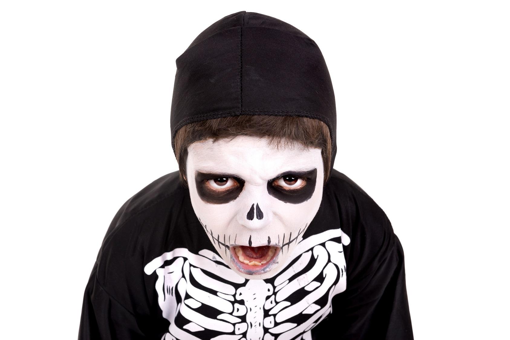 Niño disfrazado de esqueleto Halloween
