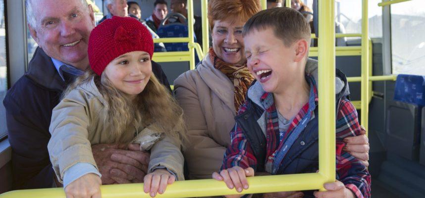 Niños con abuelos en autobús