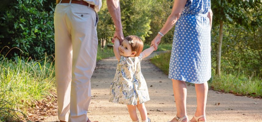 niña paseando con abuelos
