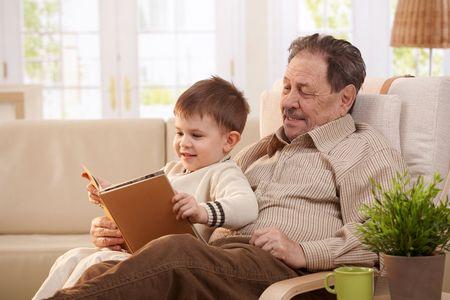 Abuelo leyendo con niño