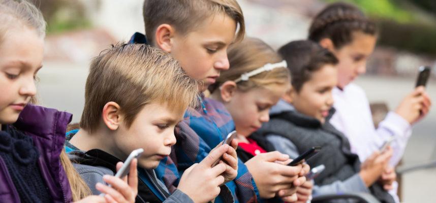Niños en parque con móvil